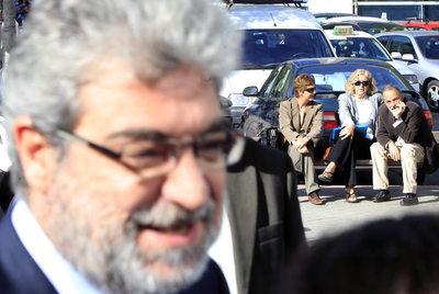 Miguel Ángel Rodríguez, en primer término, a su salida ayer del juzgado, con el doctor Luis Montes sentado al fondo.