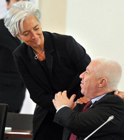La ministra de Economía de Francia, Christine Lagarde, saluda a su homólogo portugués, Fernando Teixeira dos Santos.