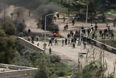 Imágenes televisivas muestran a manifestantes en una barricada en Deraa.