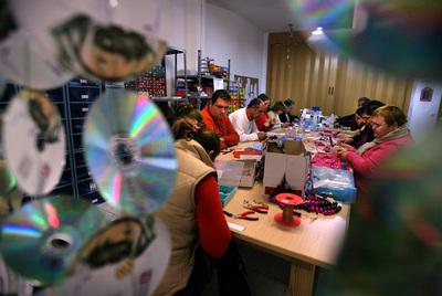 Un taller de bisutería de Valencia en el que trabajan enfermos mentales.