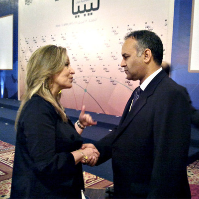 Trinidad Jiménez saluda a Ali al Esaui, el representante libio.