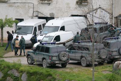La Guardia Civil saca material del caserío de Aitor Esnaola en Legorreta el pasado 12 de abril.