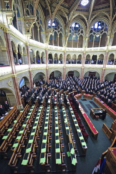 El Parlamento húngaro vota la nueva Constitución en ausencia de la oposición.