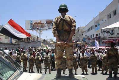 Un grupo de soldados bloquea el paso a una manifestación para pedir la dimisión del presidente yemení en Taiz.