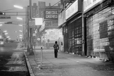 Un niño camina por una calle de Newark, después de una redada de la policía.