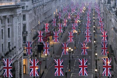 Banderas de Reino Unido ya adornan Regent Street para el próximo enlace real.