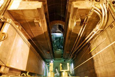 El reactor nuclear del CIEMAT y una de las vallas exteriores  de las instalaciones que lo albergan.