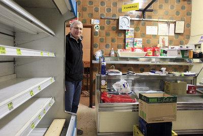 Lorenzo Santos, en la tienda que ha regentado desde 1965 en la calle Conde de Xiquena.