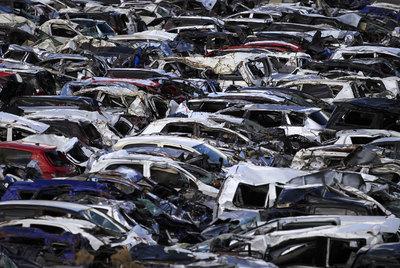 Vista de los destrozos del terremoto de Japón en un almacén de coches en Sendai.