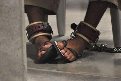Los pies de un detenido que asiste a una clase sobre
