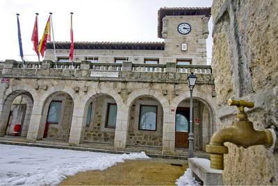 La plaza del Ayuntamiento de Cabanillas de la Sierra en la que se rodó 'Genaro el de los 14', de Mariano Ozores.