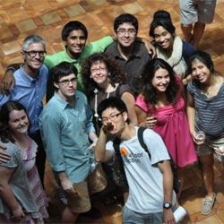 Arriba, el profesor Antonio Calvo con varios alumnos de la Universidad de Princeton, en Nueva Jersey (EE UU). Abajo, Calvo, natural de Benavides de Órbigo (León), quien se suicidó cuatro días después de conocer su fulminante despido.