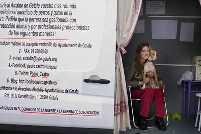Beatriz Menchén en la furgoneta donde realiza, desde la semana pasada, una huelga de hambre en defensa de los animales.