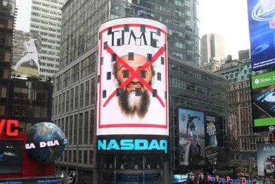 La sede de Nasdaq, en Times Square (Nueva York), muestra en su fachada la portada de la revista 'Time', con la cara de  Bin Laden cruzada por una aspa roja.