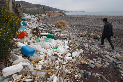 Envases de plástico acumulados en una playa granadina a principios del año pasado, algunos de productos fitosanitarios tóxicos.