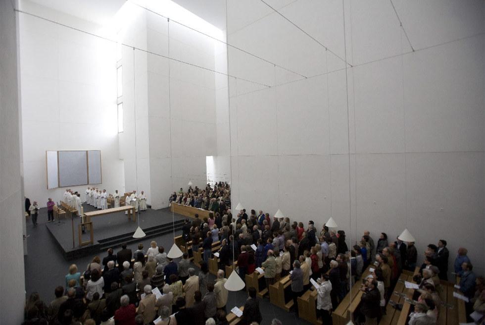 Interior de la nueva iglesia donostiarra por Moneo, durante su consagración de ayer.