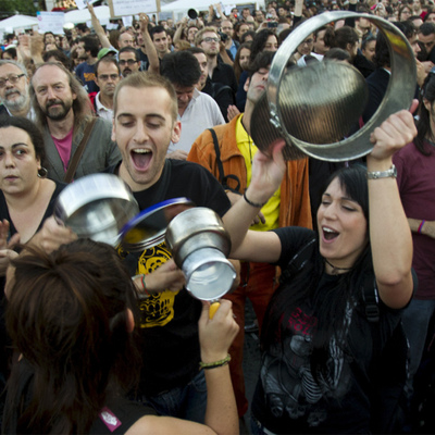 Miles de personas intervinieron en la cacerolada de la plaza de Cataluña en Barcelona.