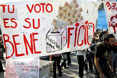 Carteles invitando a no votar a los grandes partidos en la concentración de Madrid.