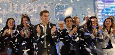 Feijoó (tercero por la izquierda) junto al candidato en Ferrol, Jos?ñe Manuel Rey Varela, y militante de su partido, en el mitin de cierre de campaña.