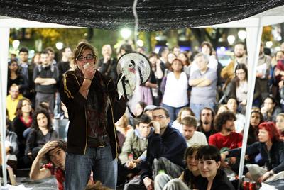 La protesta se extendió como la pólvora, desde la Puerta del Sol al resto del país. En la imagen, asamblea de los acampados en la Plaza de Catalunya de Barcelona.