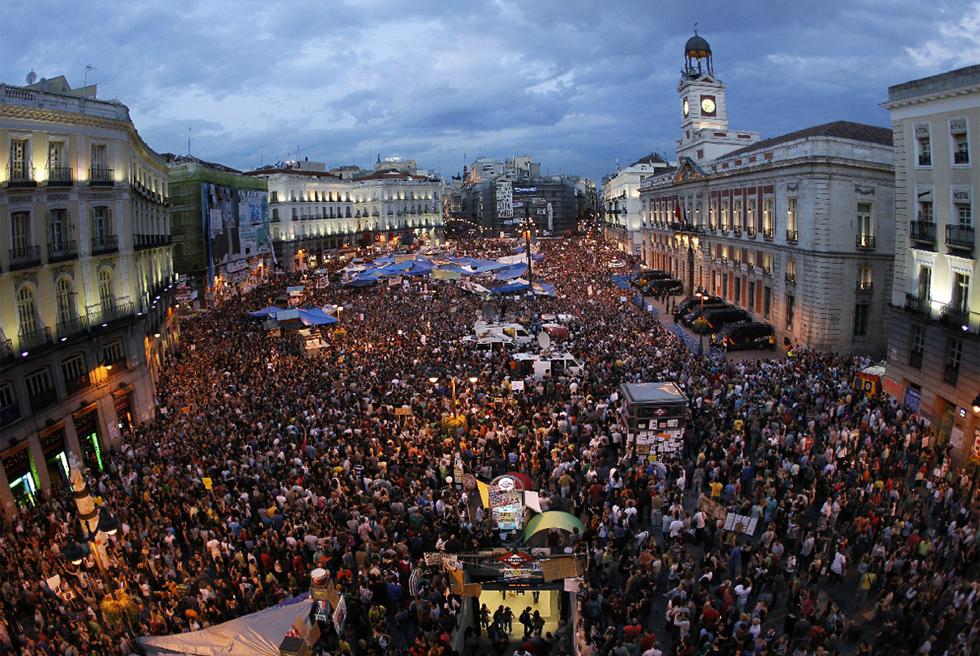 La puerta del sol de madrid abarrotada de gente edici n for Puerta del sol hoy en directo