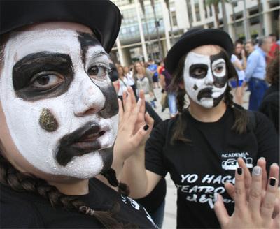 Un espectáculo en una plaza de El Ejido inauguró, ayer, el festival de teatro.