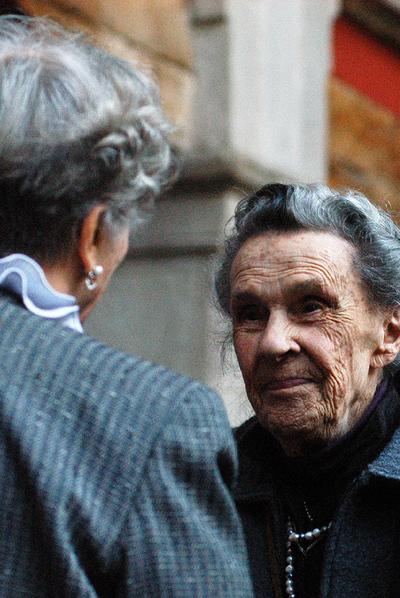 Leonora Carrington y Elena Poniatowska (de espaldas), hace dos años en México.