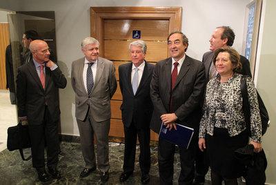 Primera reunión de la junta directiva de la CEOE después del nombramiento de Juan Rosell como presidente. De izquierda a derecha, Jesús Serafín, Rafael Ferrando, Arturo Fernández, Juan Rosell, Jesús Terciado y Pilar González de Frutos.
