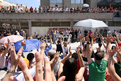 Decenas de vecinos de Usera se concentraron ayer delante de la Junta Municipal durante una de las asambleas del Movimiento 15-M.