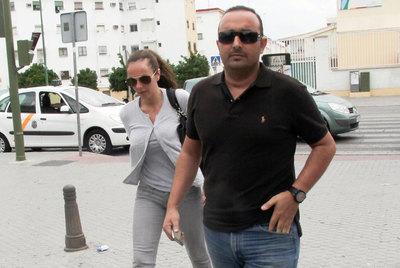 Arriba, Rocío Carrasco con su marido, Fidel Albiac, al llegar al hospital. Abajo, restos del coche en el lugar del accidente.