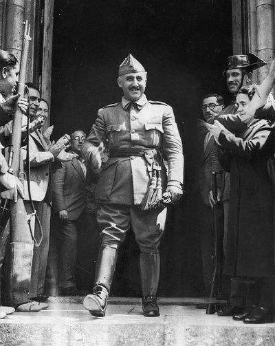 Franco, fotografiado en 1936 en Burgos, rodeado de sus seguidores. Detrás puede verse al general Mola.