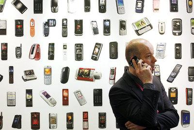 Un asistente a la feria de telefonía móvil de Barcelona, en 2008.
