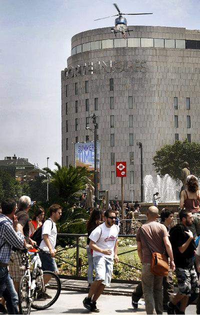 Uno de los momentos en los que el helicóptero voló más bajo en la plaza de Catalunya.