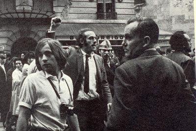 Eduardo Arroyo, con corbata y el puño en alto, en París en mayo de 1968.