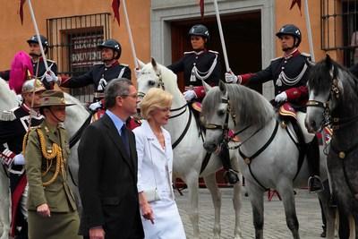 El alcalde, Alberto Ruiz-Gallardón, entregó ayer las Llaves de Oro de la ciudad a la gobernadora general de Australia, Quentin Bryce, con la que pasó revista al escuadrón montado de la Policía Municipal.