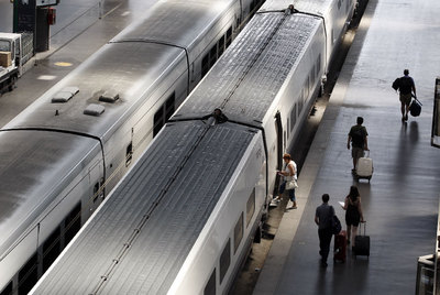 Pasajeros en la estación del AVE en Atocha (Madrid). Los viajes de negocios no priman el precio, los turísticos, sí.