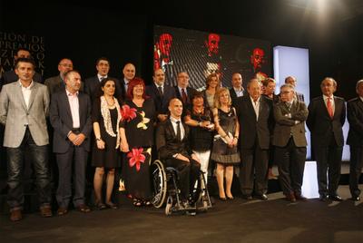 El   lehendakari   López (tercero por la izquierda en la segunda fila), ayer con varios de los asistentes a la entrega de los Premios Ramón Rubial.