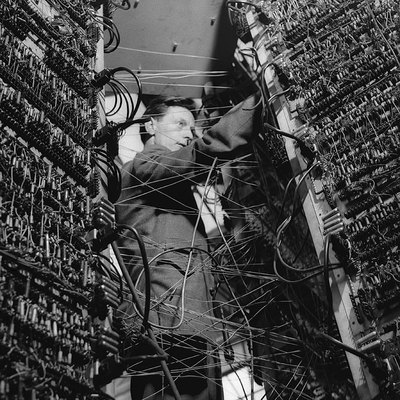 Las mutaciones contemporáneas de la técnica y la cultura han hecho que aquellas grandes máquinas, que en otro tiempo constituyeron temibles y reales amenazas, hayan llegado a ser para nosotros hoy casi un anacronismo.