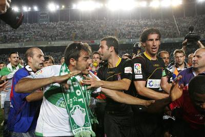Un seguidor del Elche pretende arremeter contra Ighalo (a la derecha), futbolista del Granada.