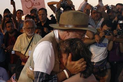 Abrazo del poeta Javier Sicilia a Luz María Dávila, ambos con hijos asesinados en México.