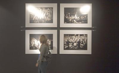 Una mujer contempla varias de las fotos sobre Motörhead expuestas en Vitoria.