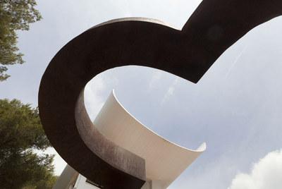 Uno de los monumentales hierros escultóricos de Chillida, en contraste con el tejado de la Fundación Maeght, que acoge hasta noviembre una gran retrospectiva del artista.rnIgnacio Chillida, ayer, en la exposición.