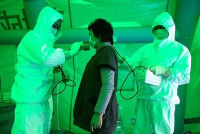 Personal médico mide la radiación de una mujer en un centro público en la ciudad de Hitachi.