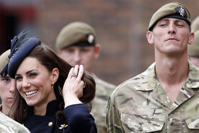 Kate, duquesa de Cambridge, con soldados de la Guardia Irlandesa, ayer en Londres.