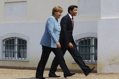 La canciller, Angela Merkel, y el líder de los liberales, Philipp Rösler, el miércoles en Berlín.