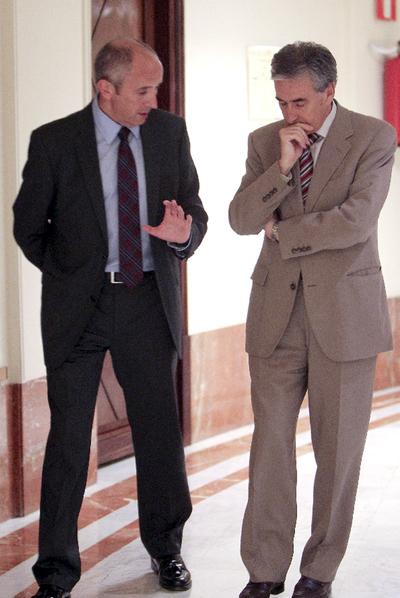 Erkoreka (izquierda) charla con Ramón Jáuregui en el Congreso.