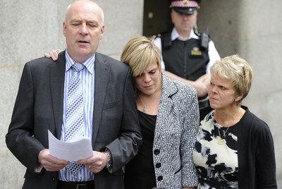 Los padres y hermana (centro) de la niña Milly Dowler, el pasado junio en Londres.