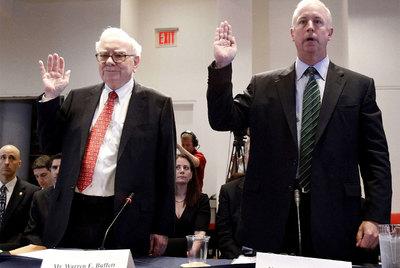 Warren Buffett (izquierda) y Raymond W. McDaniel, presidente de Moody's, ante la Comisión del Congreso que investigó la crisis.