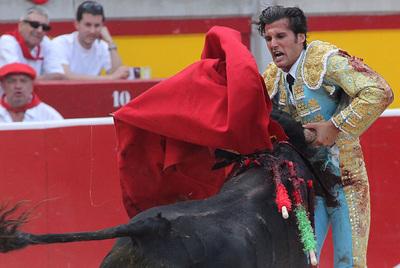 David Mora recibe un puntazo del último toro de la tarde, al que cortó una oreja.