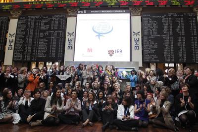 Miembros de la Organización Internacional de Mujeres Directiva se reunieron en la Bolsa de Madrid en febrero e hicieron un toque de campana simbólico.